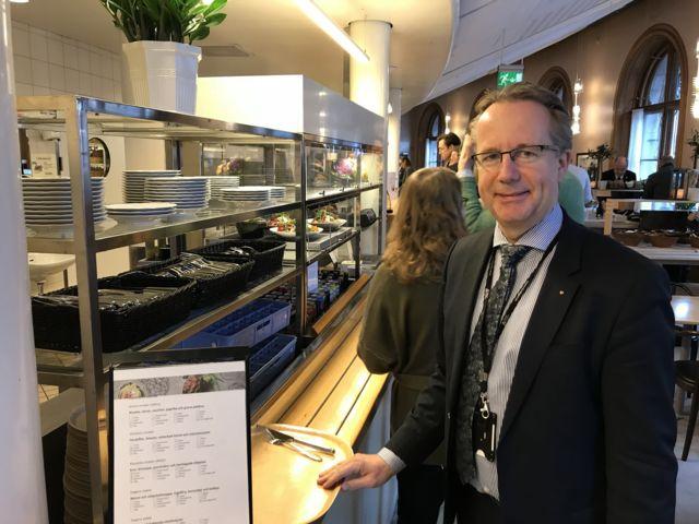 Deputado Per-Arne Håkansson no bandejão do Parlamento sueco