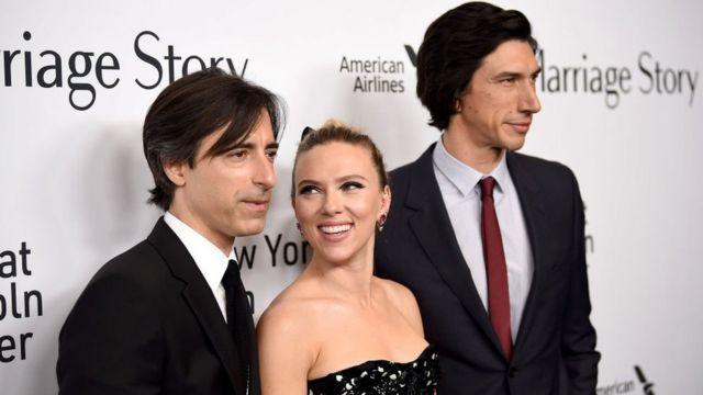 Noah Bauchman (izquierda) dirige y produce la película protagonizada por Scarlett Johansson y Adam Driver.