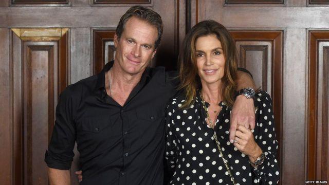 克鲁尼的好朋友伯格及其妻子,超级名模辛迪·克劳馥(Credit: Getty Images)