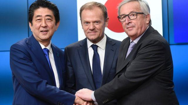 El presidente de la Comisión Europea Jean-Claude Juncker (dcha.), el primer ministro nipón Shinzo Abe (izq.) y el presidente del Consejo Europeo, Donald Tusk (centro).