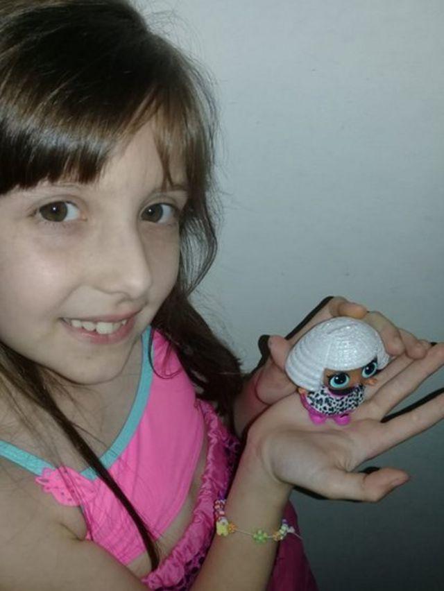 Lourdes con una muñeca L.O.L. Surprise!