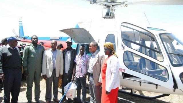Ces sont des retraités des forces aérienne kenyanes qui ont appris son histoire et ont décidé de financer son éducation.