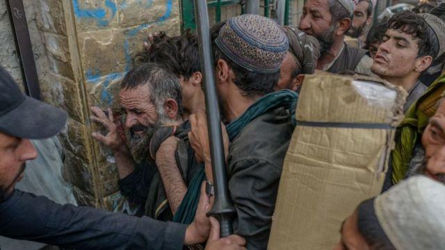 Afganos en la forntera de Pakistán en Spin Boldak