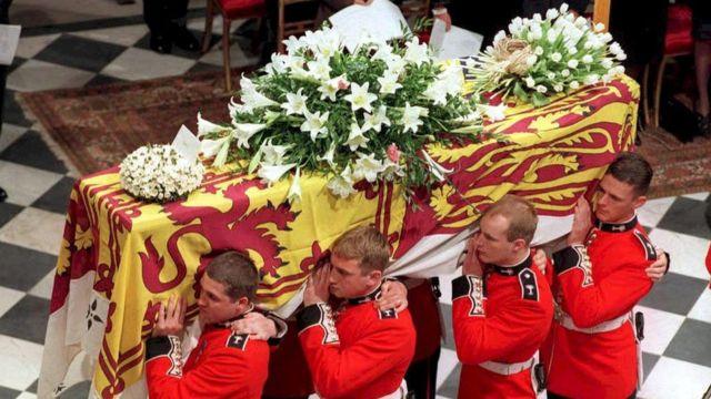El ataúd de Diana con el estandarte real el día de su funeral