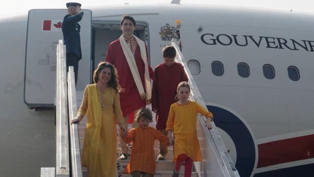 भारतीय परिधानों में परिवार समेत अहमदाबाद एयरपोर्ट पर जस्टिन ट्रूडो