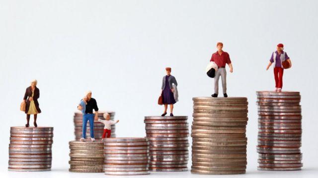 Pilhas de moedas com bonequinhos de pessoas em cima