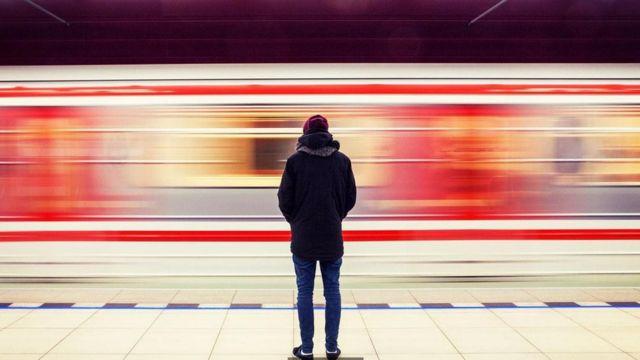شاب على رصيف القطار