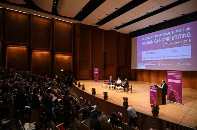 """11月28日,贺建奎现身在香港举行的第二届国际人类基因编辑峰会,参与主题为""""人类胚胎基因编辑""""的演讲和讨论。"""