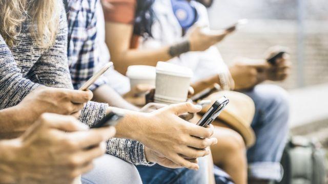 Pessoas usando smartphone