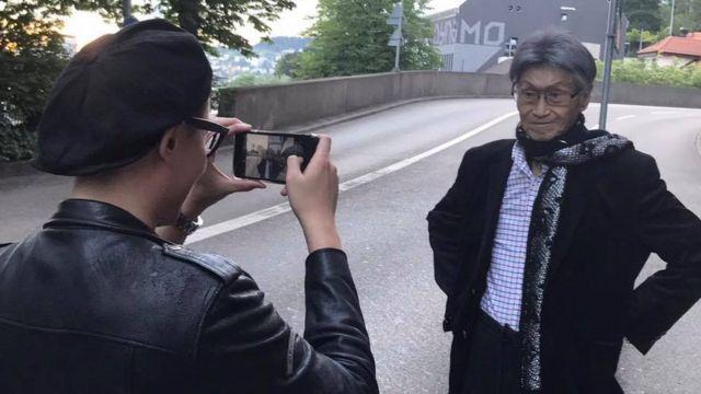 傅達仁帶著家人再赴瑞士。他的兒子為他留影。