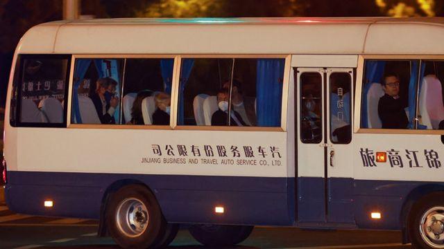 John Kerry, en la parte de atrás de un autobús, es conducido a su reunión en Shanghái