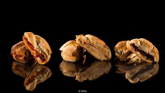 Thức ăn chế biến sẵn như thịt gà tây, giăm bông và thịt bò nướng có khoảng 1,5g muối mỗi khẩu phần; hai lát bánh mỳ nguyên cám bổ sung thêm 0.6g nữa