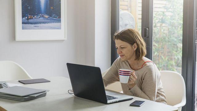 Mujer trabajando desde su casa.