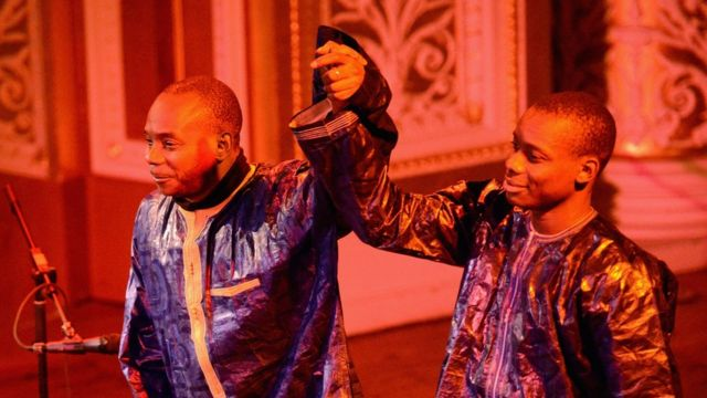 Toumani Diabate et son fils Sidiki sur la scène du St George's Hallv au Royaume-Uni