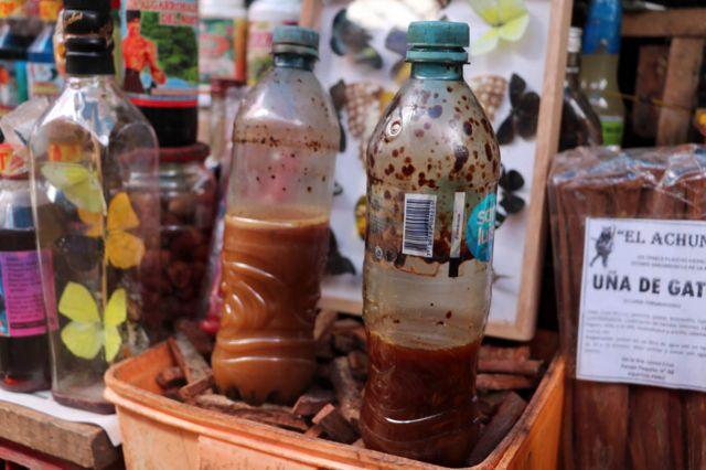 Ayahuasca yang dijual di pasar Belén di Iquitos, Peru.