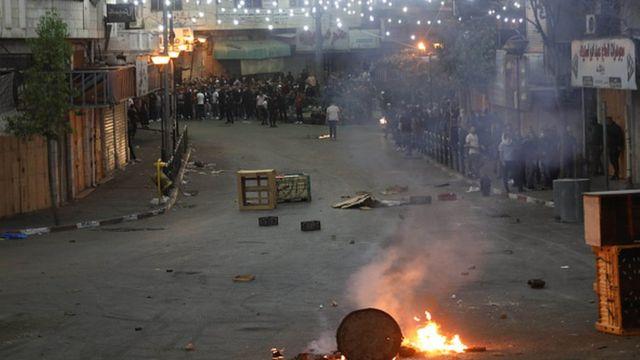 درگیری پلیس اسرائیل و فلسطینیهای معترض به حمله اسرائیل به غزه با شلیک گاز اشکآور، گلولههای پلاستیکی و آتش زدن تایرهای ماشینها همراه بود است