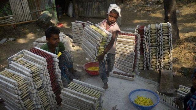Un niño trabaja en una fábrica de globos en Dhaka, en octubre de 2014.