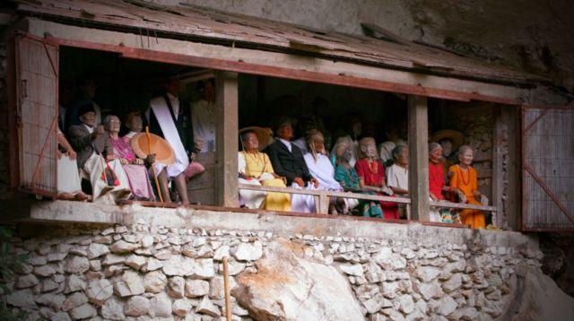Restos de ancianos toraja vestidos durante una ceremonia