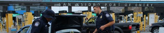 メキシコから米国に入る車両を検査する米国入国管理審査官(10月14日、カリフォルニア州サンイシドロの国境検問所)