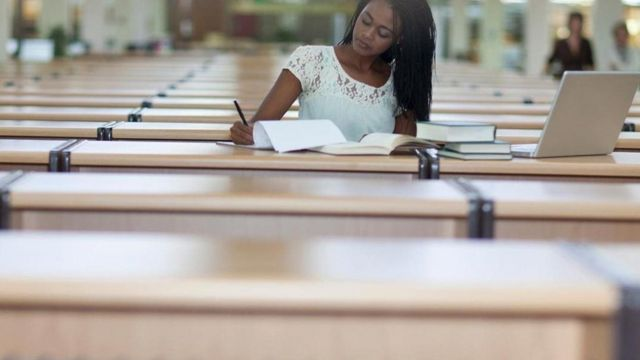فتاة تؤدي امتحان مكتوب