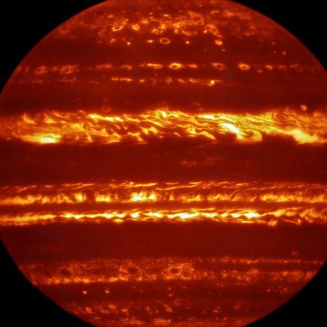 Imagem de Jupiter, colorida artificialmente, foi produzida por um equipamento de megatelescópio que consegue estudar a luz infravermelha de objetos celestes