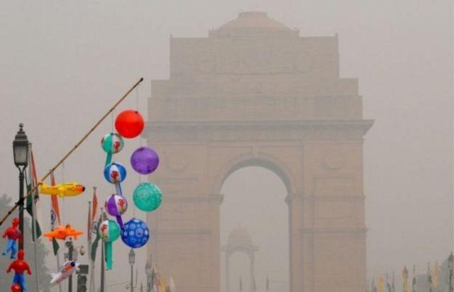 दिल्ली में धुंए और प्रदूषण की बदली छाई हुई है
