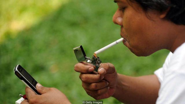 Seperti halnya merokok, penggunaan ponsel secara berlebihan juga bisa menjadi kecanduan.