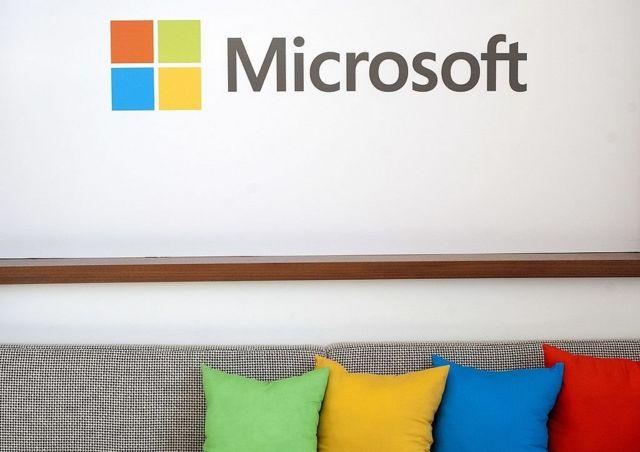 Un sillón bajo un logo de Microsoft