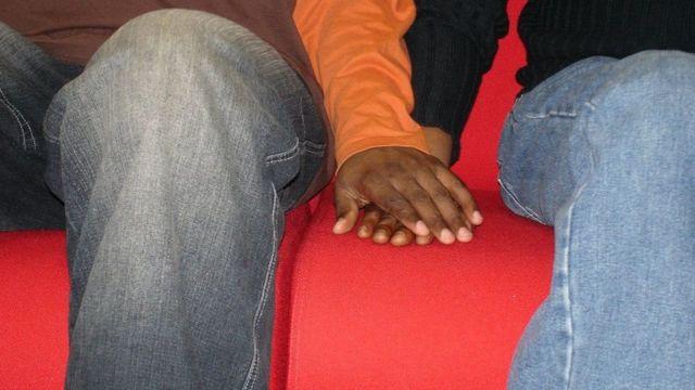 Чернокожие люди держатся за руки