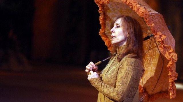 """فيروز على خشبة المسرح تؤدي دورها في آخر أعمالها """"صح النون"""" في عمان عام 2007"""
