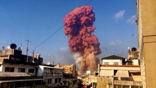 بیروت میں دھماکے کے بعد دھواں کا ایک سرخ بادل نظر آتا ہے