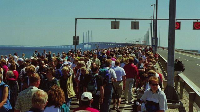 Gente cruzando el puente de Øresund, en su apertura en el año 2000.