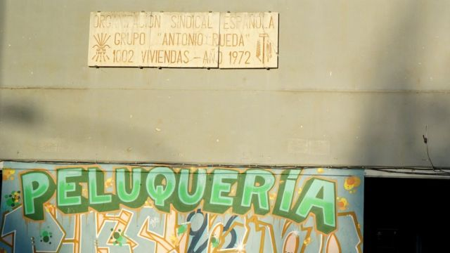 Placa con símbolos del franquismo.