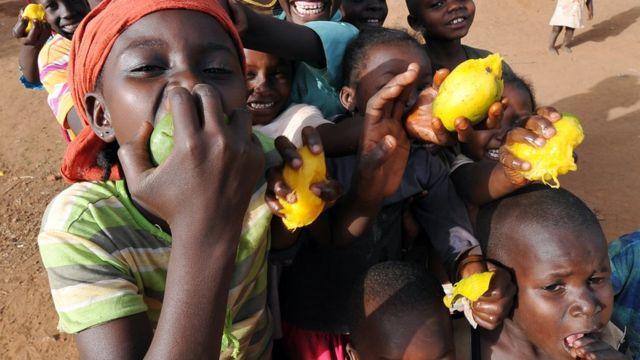 Les familles doivent apprendre à l'enfant dès le plus jeune âge, à manger des fruits.