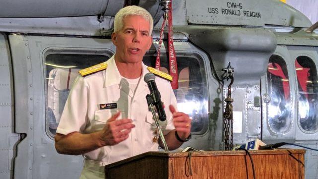 Thuyền trưởng Karl O. Thomas phát biểu trước báo giới trên tàu sân bay Ronald Reagan hôm 7/8