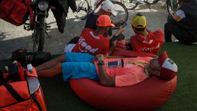 Entregadores em área de descanso da iFood