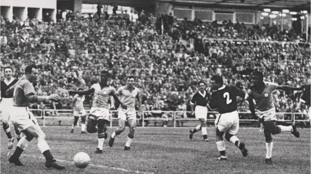Pelé anota su primer gol mundialista a los 17 años en Suecia 1958.