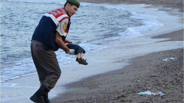 Policía turco con Alan Kurdi en brazos