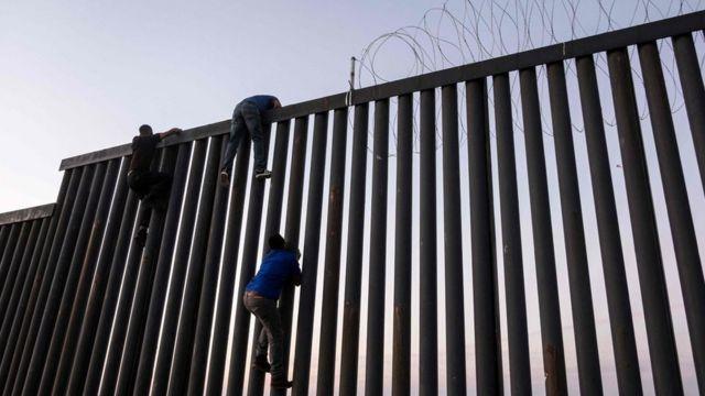 abd-meksika sınırındaki çitleri aşmaya çalışanlar