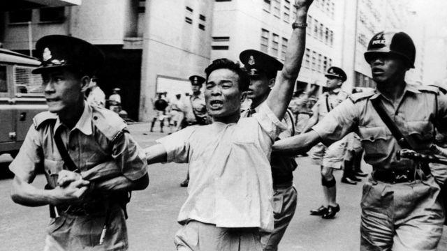 香港警察逮捕一名親共示威者(18/5/1967)