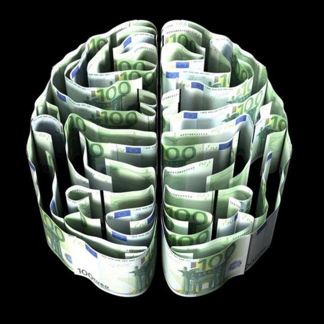 Iustración de un cerebro formado con billetes.