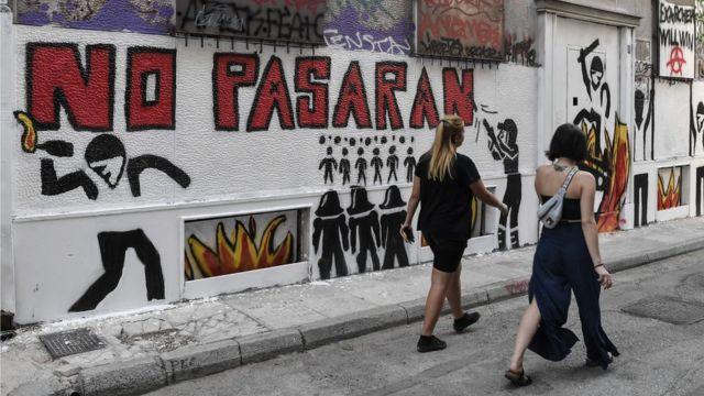 """""""Ils ne passeront pas"""" : les slogans dirigés contre la police sont souvent peints à la bombe sur les murs d'Exarchia."""