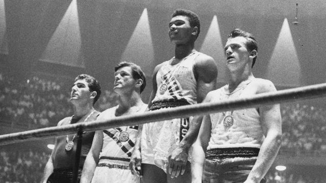 Alí luce la medalla de oro olímpica que luego tiraría al río Ohio tras un evento de discriminación en Louisville.