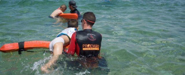 Niños aprendiendo a nadar.