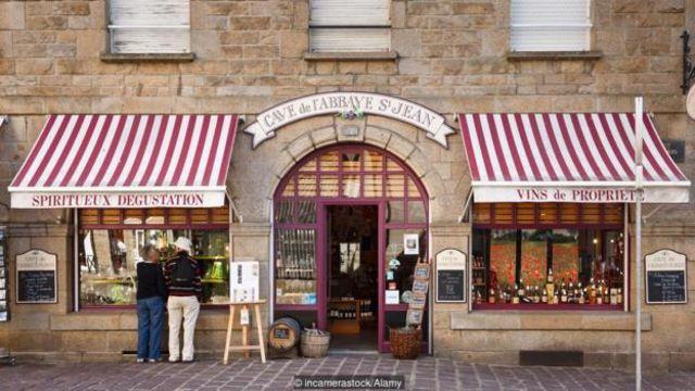 Yannick Heude, chủ cửa hàng rượu vang Cave de l'Abbaye St-Jean ở St-Malo, đã tăng tuổi rượu vang ở dưới biển được 15 năm