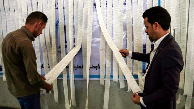 موظفون في مفوضية الانتخابات يفرزون أصوات التصويت الخاص في مدينة النجف