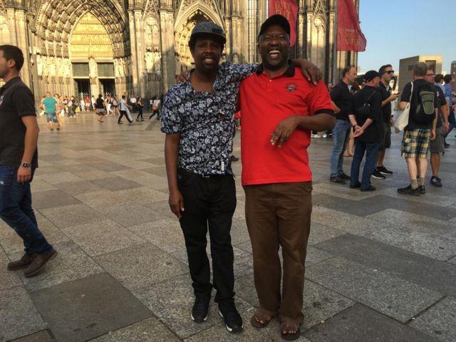 Isaac Gamba akiwa na Mwadhiri wa chuo kikuu cha Saint Augustine Jijini Mwanza, Dotto Emmanuel Bulendu ambaye pia ni mwakilishi wa DW kanda ya ziwa nchini Tanzania