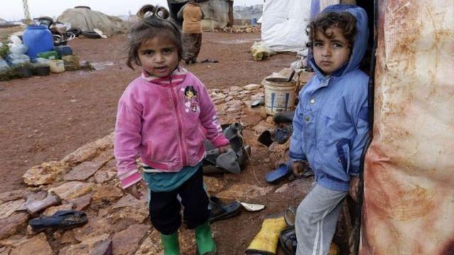 أطفال في مخيم غير رسمي للاجئين السوريين