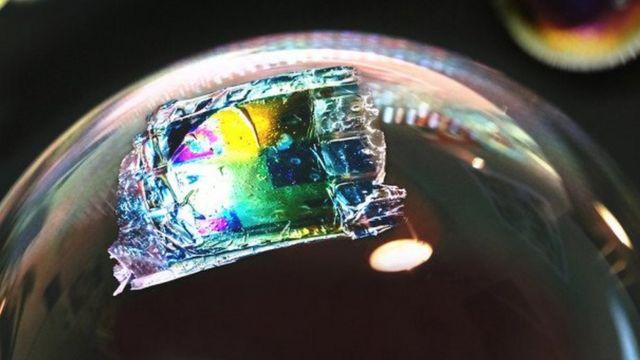 Científicos de la Universidad de Ciencia y Tecnología King Abdullah en Thuwal, Arabia Saudita, utilizaron una impresora de inyección de tinta para hacer células solares tan delgadas y livianas que pueden descansar sobre una burbuja de jabón. La imagen es impresionante.