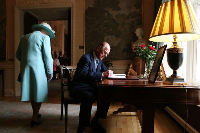 Prens Philip, 2014 yılında da Kraliçe'ye Kuzey İrlanda turunda eşlik etti. Bu fotoğrafta, Belfast'taki Hillsborough Kalesi'nde ziyaretçi defterini imzalarken görülüyor.
